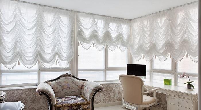 Проемы окон являются важной деталью дизайна интерьера. Благодаря декорированию проемов помещение приобретает эстетически завершенный вид. Дизайнеры советуют подходить к оформлению окна ответственно, поскольку от качества драпировки зависит не только функциональность композиции, но и эстетическая привлекательность. Такое окно сможет защитить комнату от чрезмерно активных солнечных лучей днем или света фонарей ночью, но при этом сделает интерьер уникальным. Рассмотрим современные идеи и тенденции оформления окон.   Современные тенденции в оформлении окон При оформлении окон важно ориентироваться на собственные предпочтения, хотя игнорировать правила дизайна тоже нельзя. Дизайнеры рекомендуют ориентироваться на такие особенности в декорировании современных помещений: • простота и лаконичность дизайнерских решений; • использование преимущественно натуральных материалов; • ориентация на функциональность всей конструкции без использования чрезмерно сложных элементов;  •   предпочтительность нейтральных цветовых решений с использованием геометрических рисунков, растительных и этнических мотивов; •  целесообразность применения современных материалов взамен традиционных решений, например, покупка полупрозрачной вуали вместо тюля. Если в декорировании окна используются шторы или другие элементы, то их подбирать надо с учетом таких параметров: • размера окна и планировки комнаты; •    цветовой гаммы оформления комнаты в целом; •    повседневного или праздничного интерьера; • стиля помещения; •  качества и состава используемой ткани для штор.  В некоторых случаях можно обойтись и без использования портьер. Это уместно, когда оконная рама сама выступает элементом декора. Например, при выполнении переплетов в виде фигурной решетки или при удачном сочетании окна с цветовой палитрой комнаты. В этих ситуациях использование штор ухудшит общий вид комнаты, закрыв оригинальные элементы декора. Оформление окон без штор Отсутствие штор при декорировании оконного проема является современн